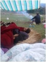 テントで暮らす家族